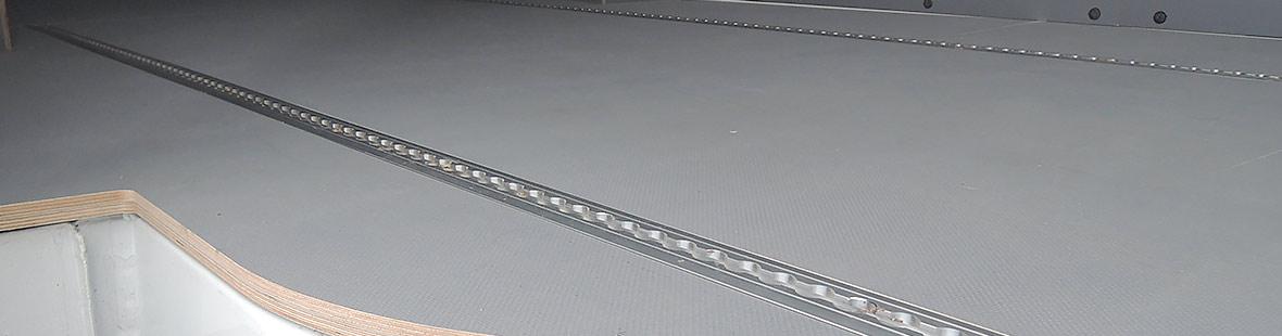 Рейки в 1 ряд на полу вдоль левого или правого борта