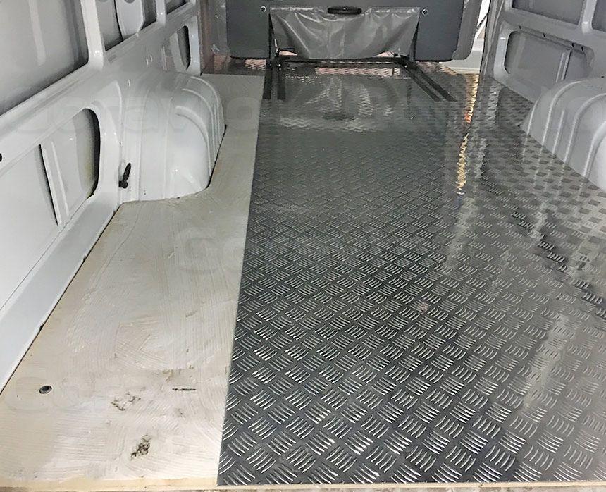 Замена обшивки пола в фургоне Mercedes-Benz Sprinter Classic: Монтаж пола из алюминия «Квинтет»