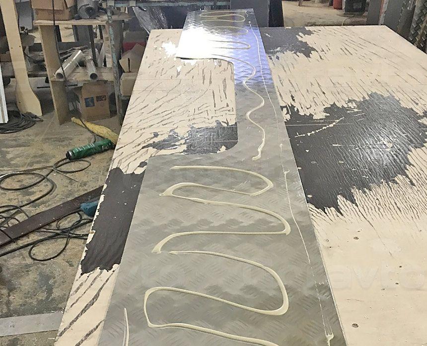 Замена обшивки пола в фургоне Mercedes-Benz Sprinter Classic: Нанесение клея на алюминиевую обшивку