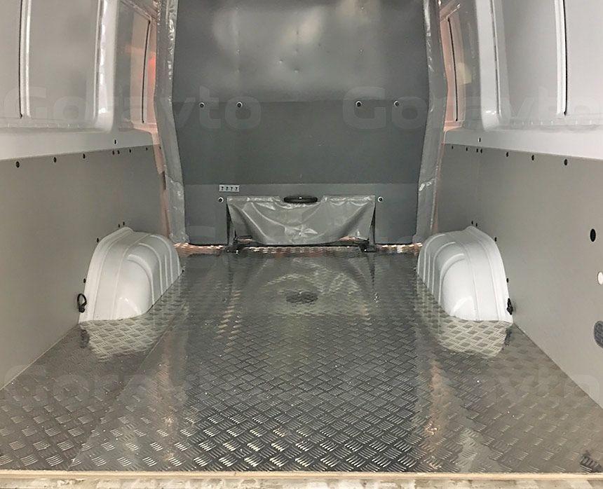 Замена обшивки пола в фургоне Mercedes-Benz Sprinter Classic: Новый пол излюминия «Квинтет»