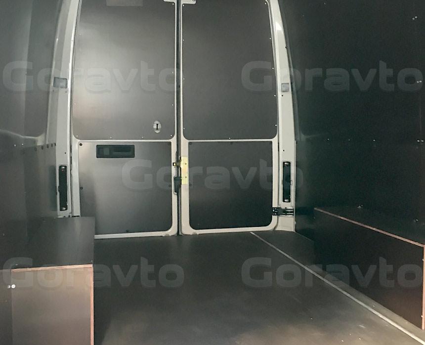 Обшивка фургона Mercedes-Benz Sprinter Classic коричневой ламинированной фанерой: Вид со стороны боковой двери