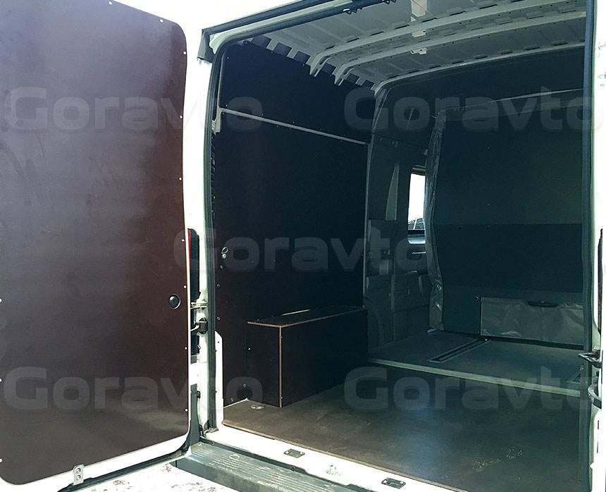 Обшивка грузопассажирского фургона Fiat Ducato ламинированной коричневой фанерой: Задние двери, пол, стены и арки