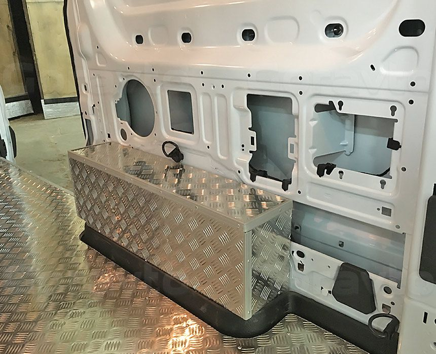 Обшивка пола фургона Ford Transit алюминием: Арки и пол