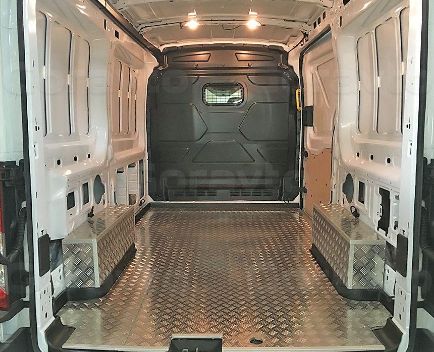 Обшивка пола фургона Ford Transit алюминием: Вид со стороны задних дверей