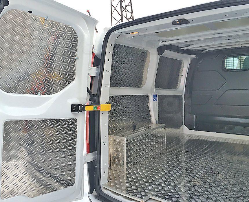 Обшивка фургона Ford Transit Connect алюминием с подложкой из фанеры: Пол, стены, двери и арки
