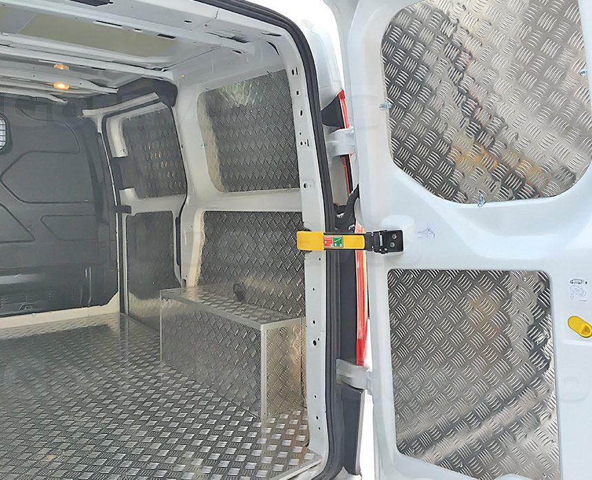 Обшивка фургона Ford Transit Connect алюминием с подложкой из фанеры: Стены, пол, арки и двери