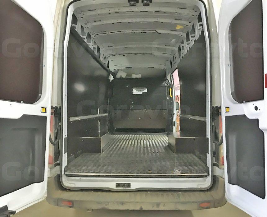 Обшивка большого фургона Ford Transit ламинированной фанерой: Вид со стороны задних дверей