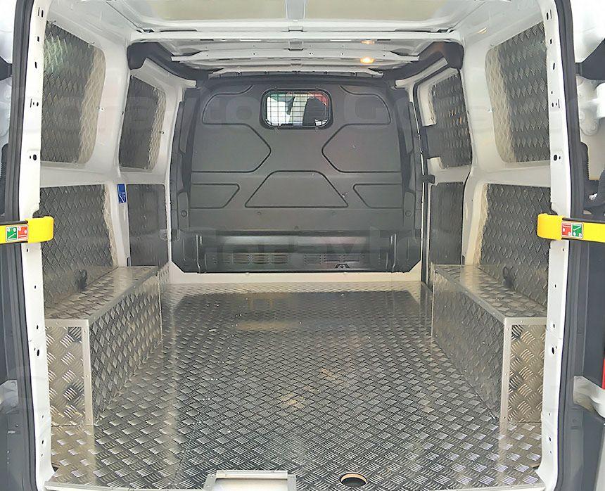 Обшивка фургона Ford Transit Connect алюминием с подложкой из фанеры: Вид со стороны задних дверей