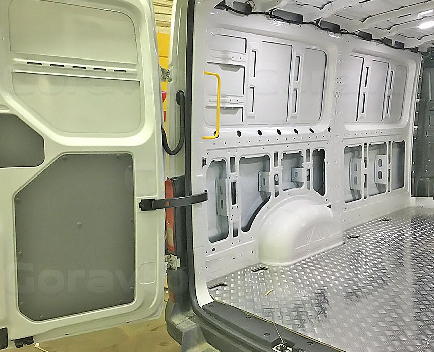 Установка алюминиевой обшивки в фургон Volkswagen Crafter: Подготовка стен и дверей