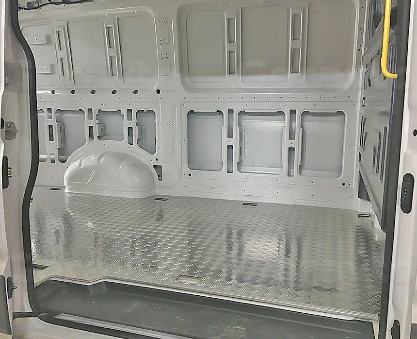 Установка алюминиевой обшивки в фургон Volkswagen Crafter: Подготовка стен