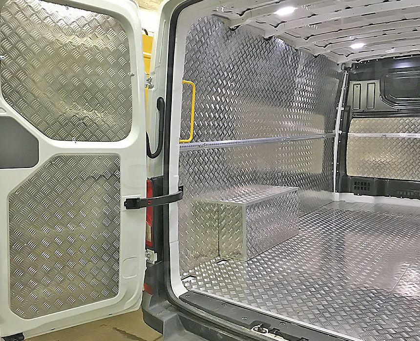 Установка алюминиевой обшивки в фургон Volkswagen Crafter: Пол, арки, стены и двери