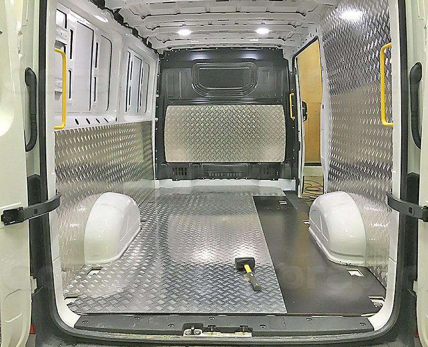 Установка алюминиевой обшивки в фургон Volkswagen Crafter: Установка алюминия на подложке из фанеры