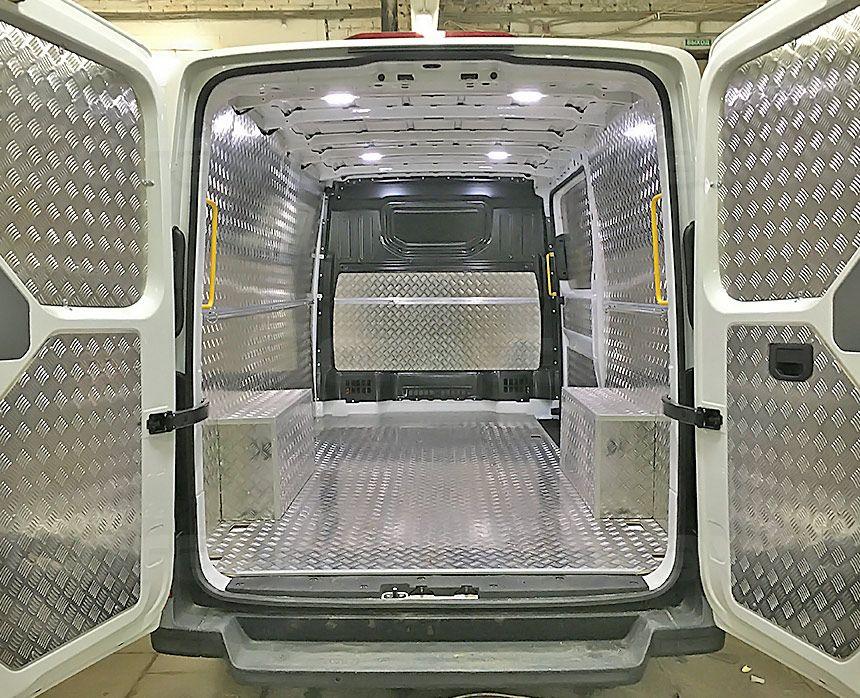 Установка алюминиевой обшивки в фургон Volkswagen Crafter: Вид со стороны задних дверей