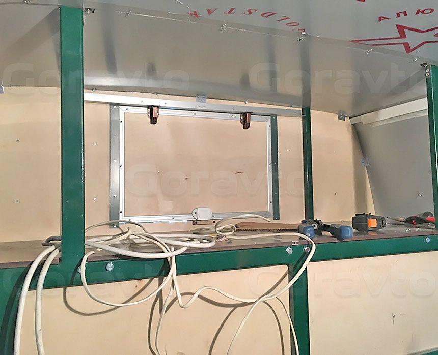 Автомобиль для перевозки мотоцикла на базе грузопассажирского Mercedes-Benz Sprinter: Антресоль под потолком