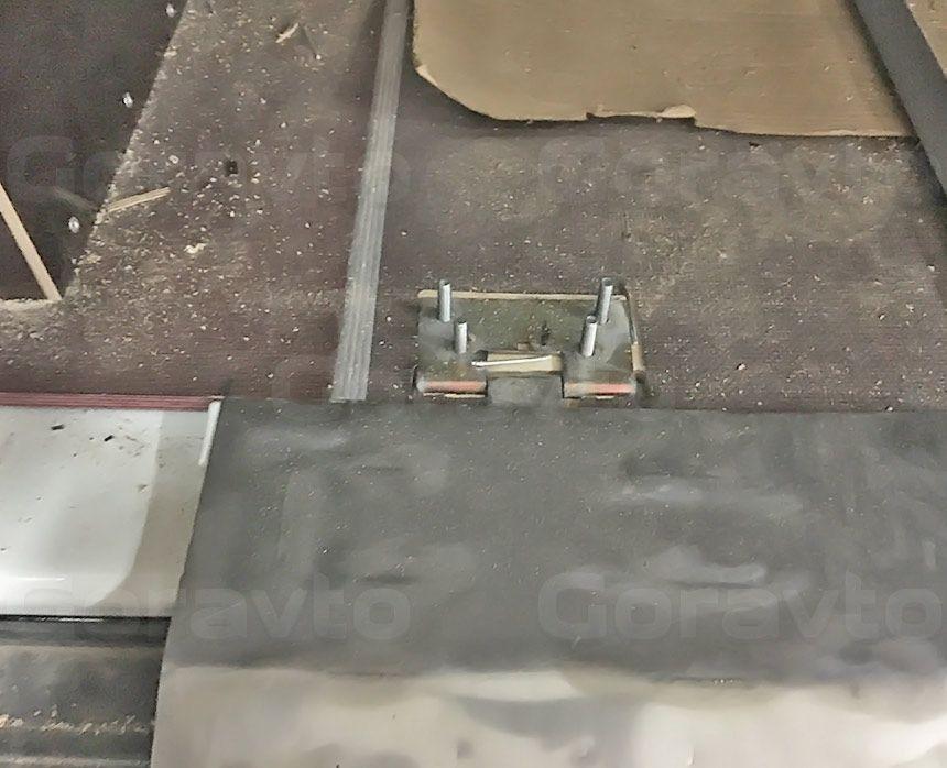 Автомобиль для перевозки электрогенераторов на основе Citroen Jumper: Крепление петель борта к полу фургона