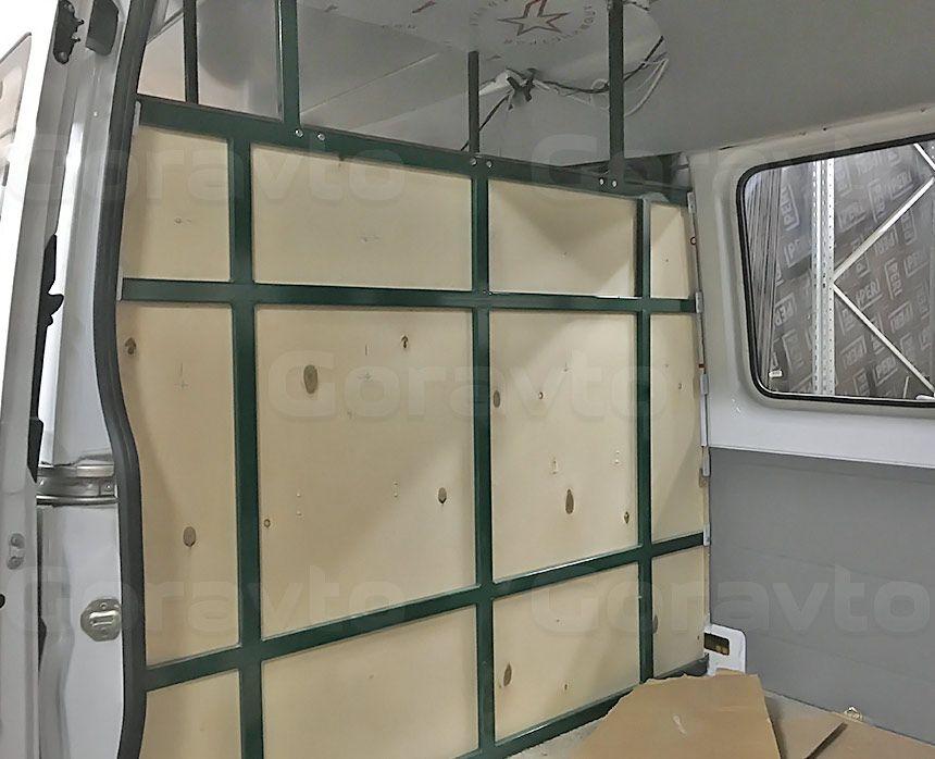 Автомобиль для перевозки мотоцикла на базе грузопассажирского Mercedes-Benz Sprinter: Монтаж разделительной стенки с покраской