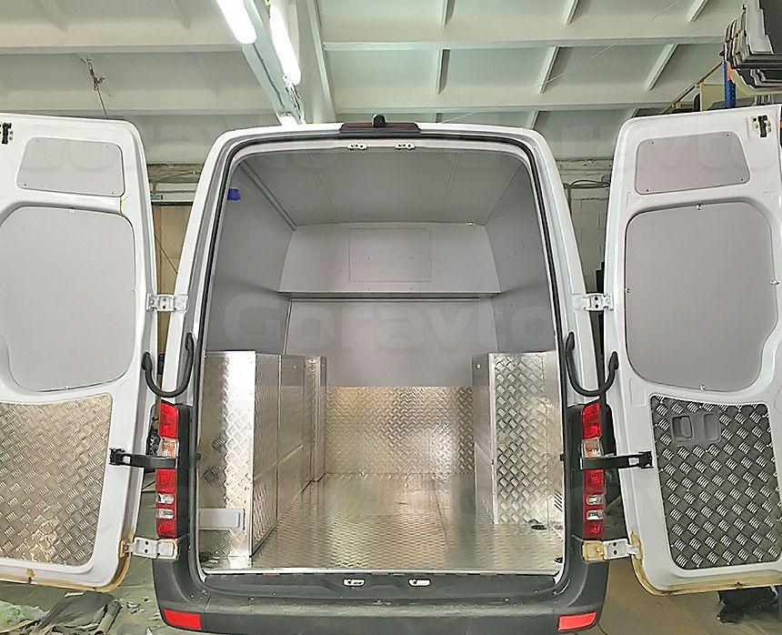 Автомобиль для перевозки мотоцикла на базе грузопассажирского Mercedes-Benz Sprinter: Обшивка фургона композитным материалом и алюминием
