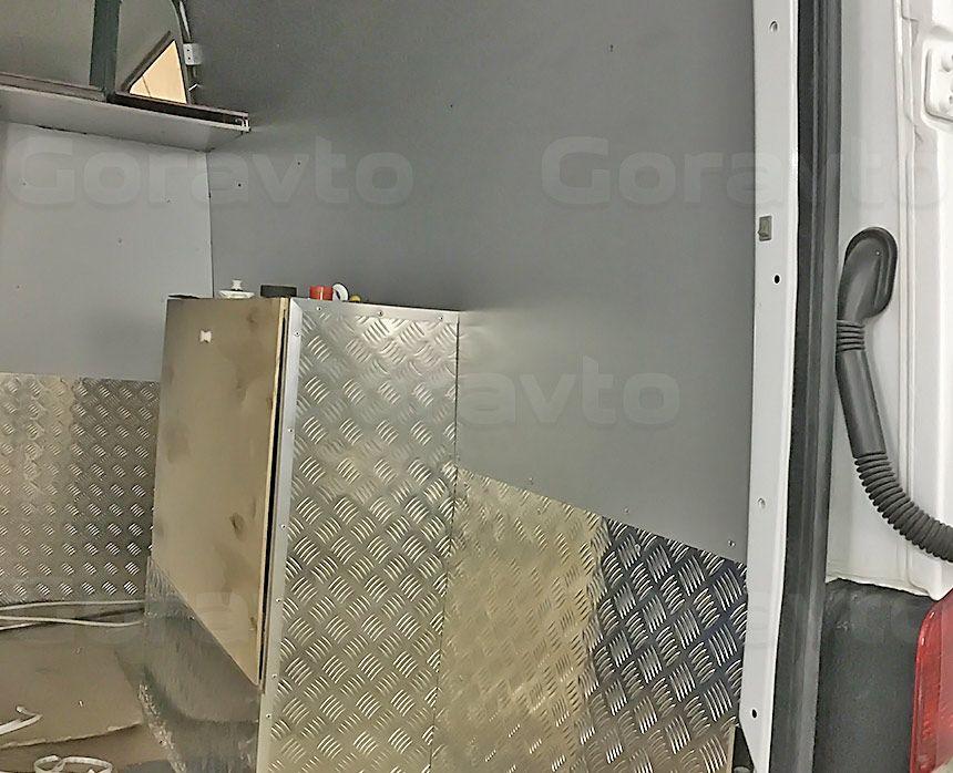 Автомобиль для перевозки мотоцикла на базе грузопассажирского Mercedes-Benz Sprinter: Обшивка шкафа под бак для воды