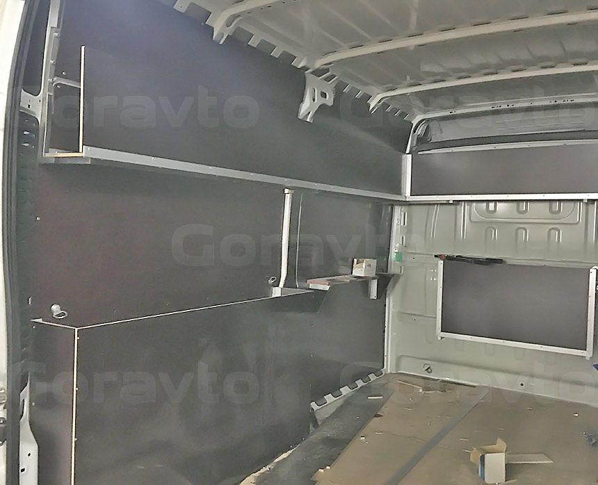 Автомобиль для перевозки электрогенераторов на основе Citroen Jumper: Стена со стеллажными системами