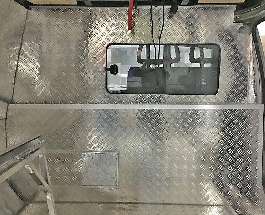 Автомобиль для охоты на основе фургона ГАЗ Соболь: Короб на переднюю стенку из алюминия «Квинтет»