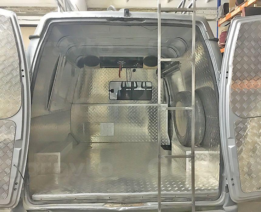 Автомобиль для охоты на основе фургона ГАЗ Соболь: Навесная лестница из нерфавеющей стали