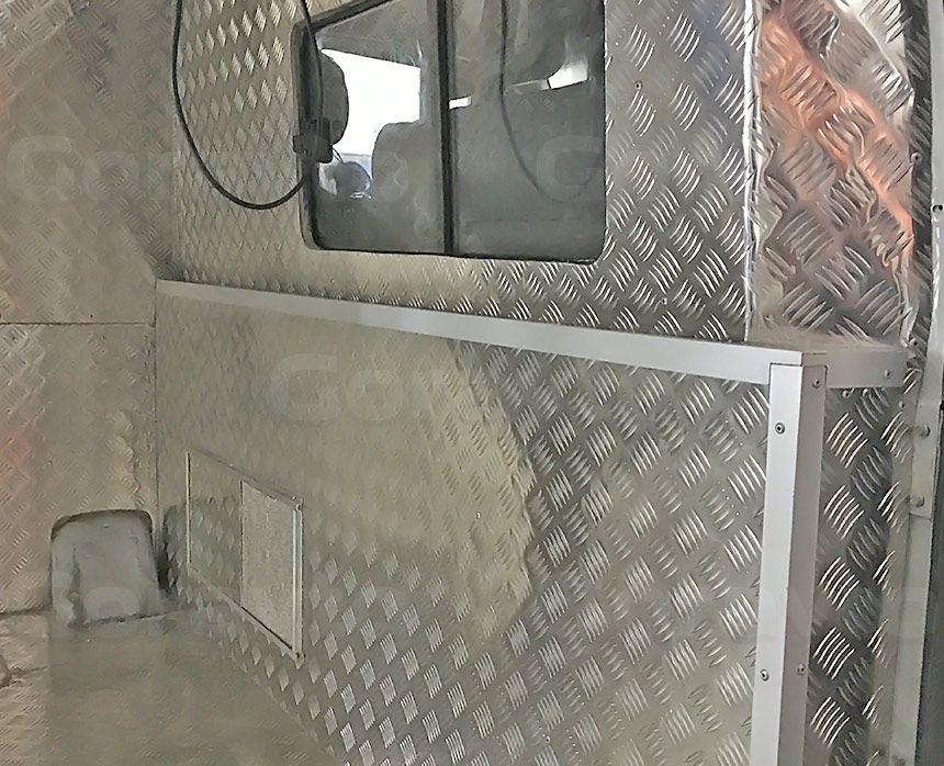 Автомобиль для охоты на основе фургона ГАЗ Соболь: Обшивка стенки водителя с окном алюминием «Квинтет»