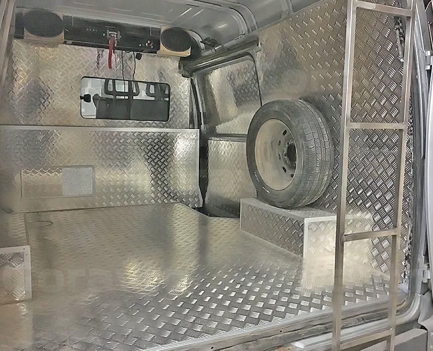 Автомобиль для охоты на основе фургона ГАЗ Соболь: Установка запасного колеса на стенку фургона