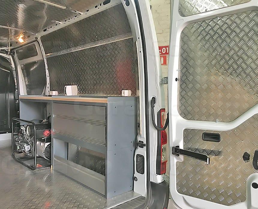 Мобильная мастерская на основе фургона Renault Master: Мастерская на колёсах — вид сзади