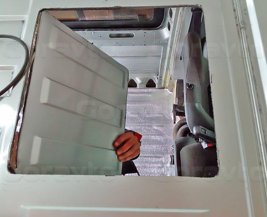 Установка люка в грузопассажирский фургон Fiat Ducato: Отверстие для люка в крыше фургона