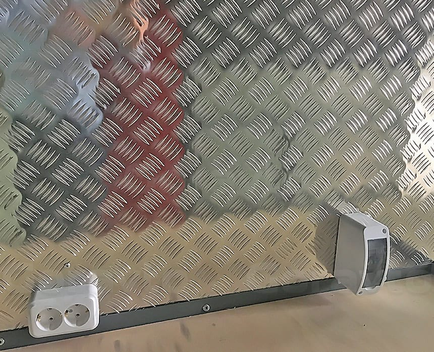 Мобильная мастерская на основе фургона Renault Master: Установка розетки в мобильную мастерскую