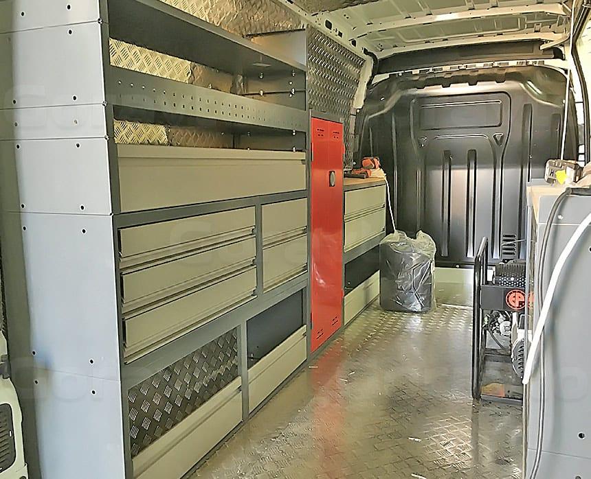 Мобильная мастерская на основе фургона Renault Master: Установленные стеллажи для фургона