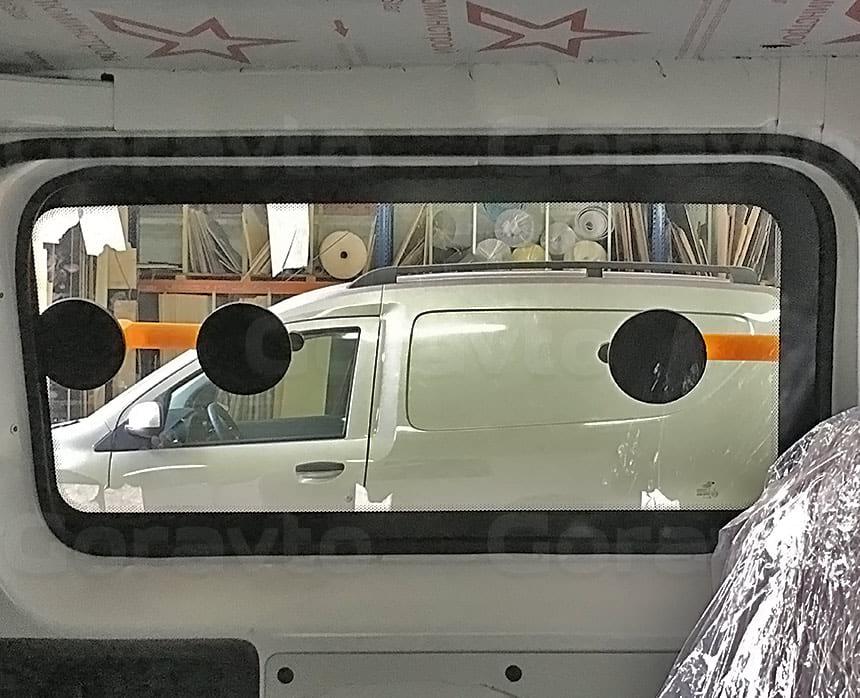 Переоборудование грузового фургона Citroen Jumpy в грузопассажирский: Монтаж стекла на герметик