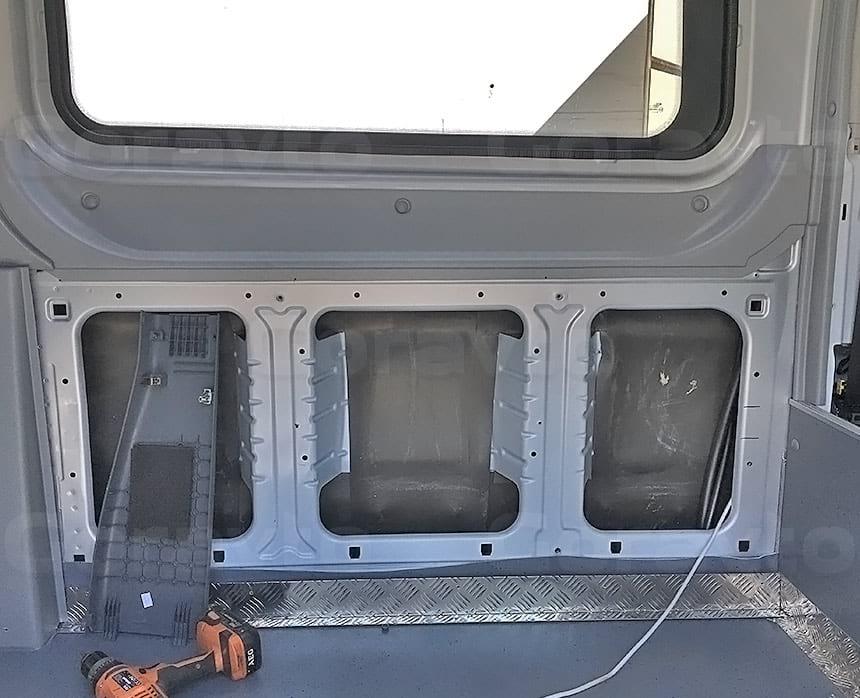 Переоборудование грузового фургона Ford Transit в пассажирский: Монтаж столика в фургон