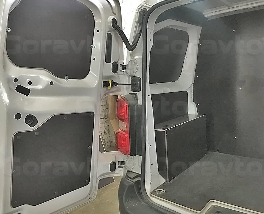 Переоборудование грузового фургона Citroen Jumpy в грузопассажирский: Обшивка грузового отсека ламинированной фанерой