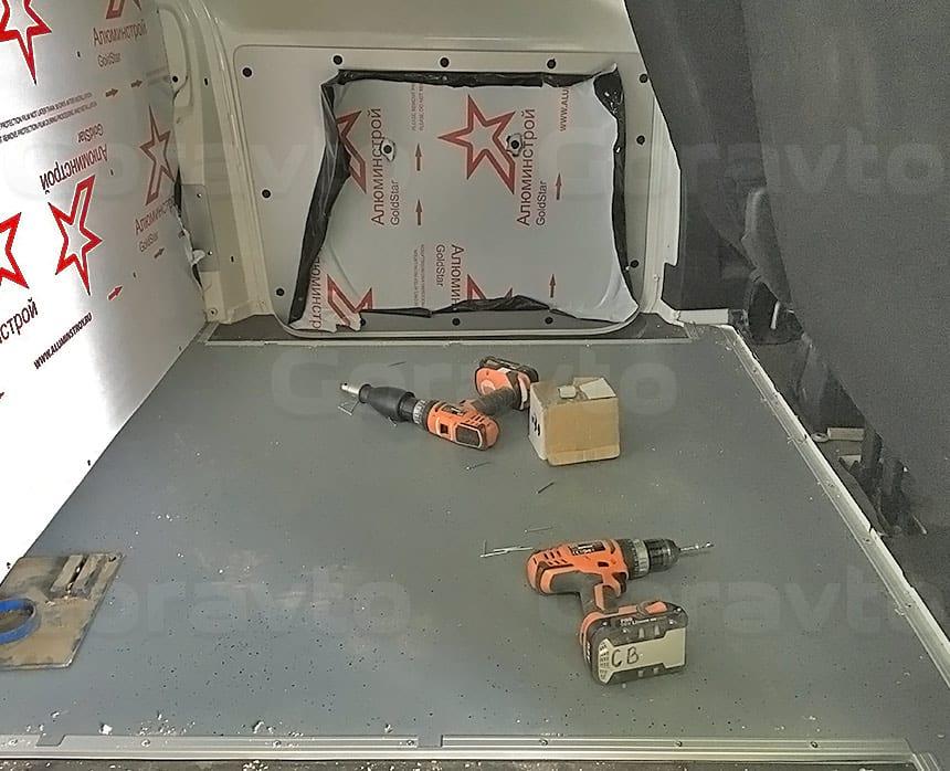 Переоборудование грузового фургона Citroen Jumpy в грузопассажирский: Обшивка перегородки, потолка и части стены с боковой дверью композитным материалом