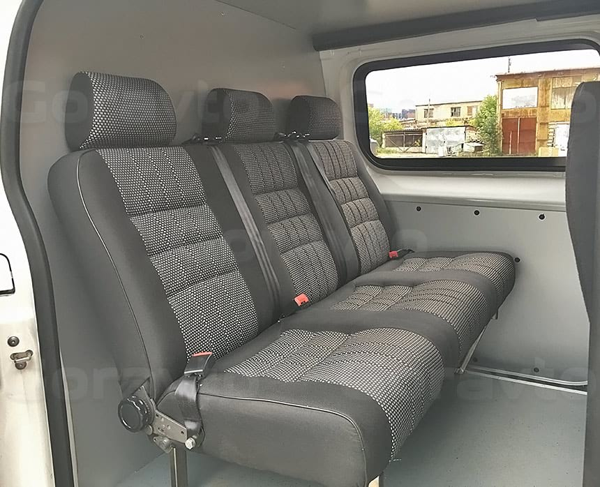 Переоборудование грузового фургона Citroen Jumpy в грузопассажирский: Установленные в пассажирский отсек фургона сиденья