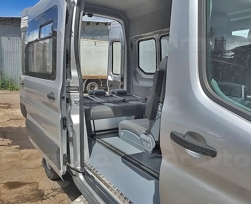 Переоборудование грузового фургона Ford Transit в пассажирский: Вид со стороны боковой двери