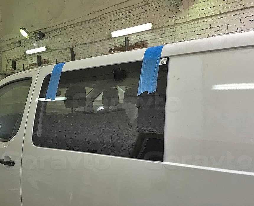 Переоборудование грузового фургона Citroen Jumpy в грузопассажирский: Временная фиксация вклееного стекла