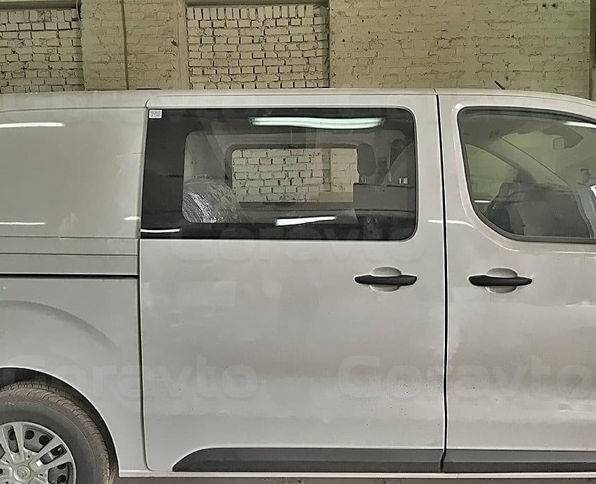 Переоборудование грузового фургона Citroen Jumpy в грузопассажирский: Врезанные в боковую дверь фургона окно