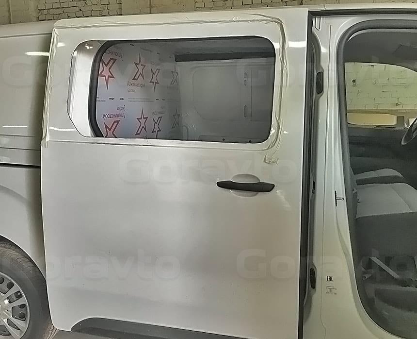 Переоборудование грузового фургона Citroen Jumpy в грузопассажирский: Вырез в боковой двери фургона проёма под окно