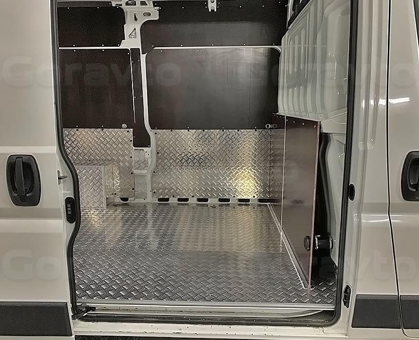 Алюминиевый пол в грузовом отсеке фургона Пежо Боксер
