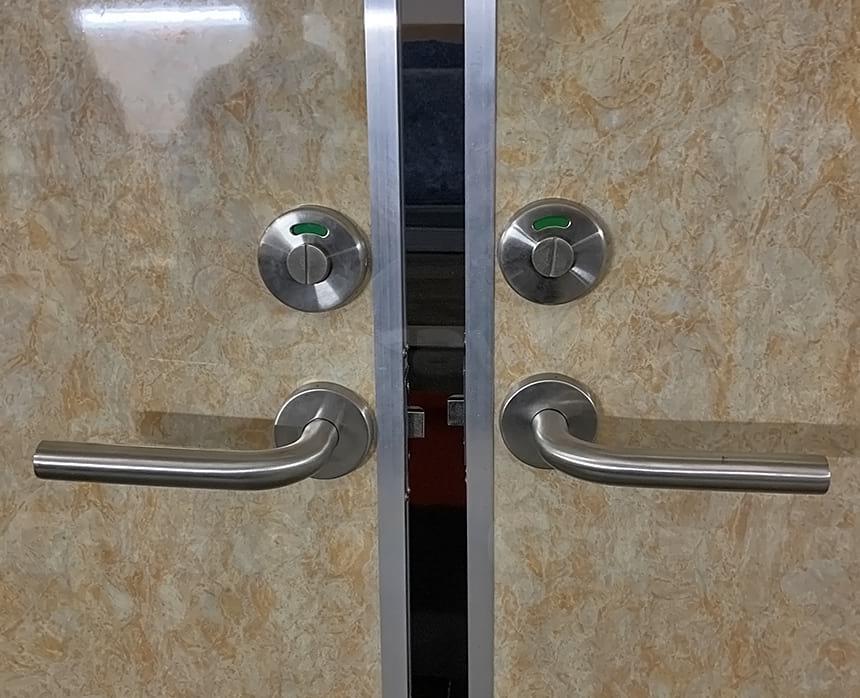 Двери для кабинок в мобильном туалете размером 80х200 см
