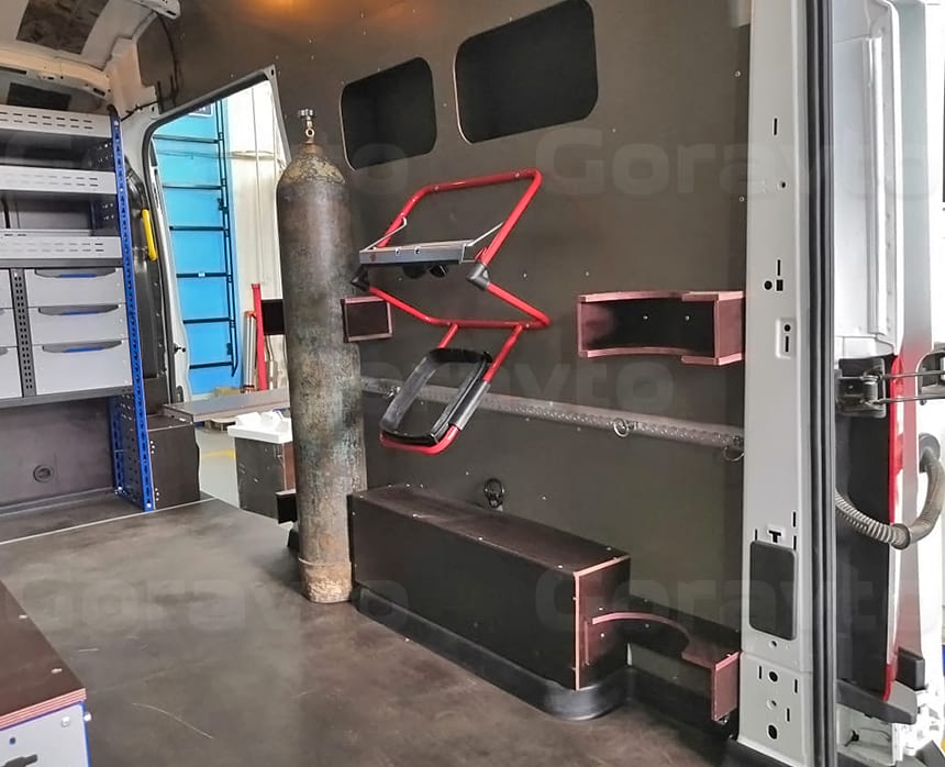 Изготовление и монтаж специальных креплений для фиксации баллонов внутри кузова фургона