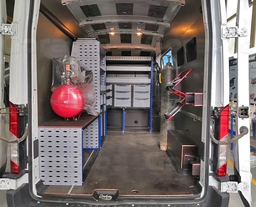 Монтаж в фургоне стеллажей, компрессора и баллона для работ выездной бригады сварщиков