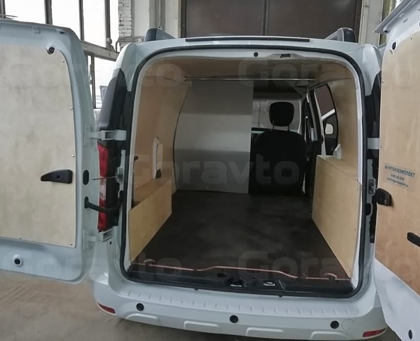 Обшивка арок и дверей березовой фанерой в фургоне Рено Докер