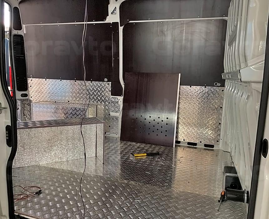 Одна из частей перегородки имеет отверстия для забора воздуха и последующем нагреве отопителем Вебасто