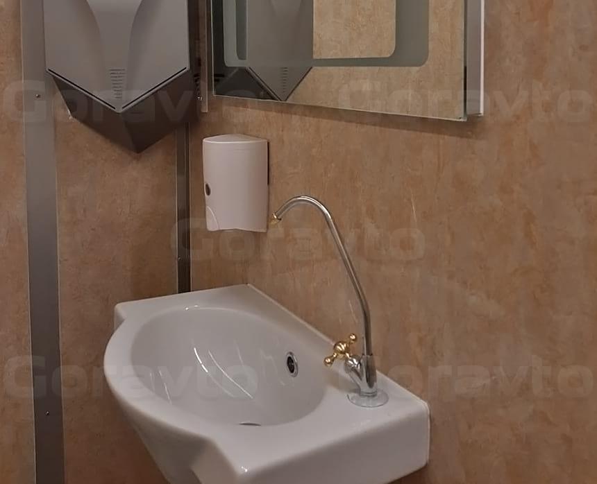Размещение раковины, дозатора мыла, зеркала и сушителя для рук в туалете на колесах