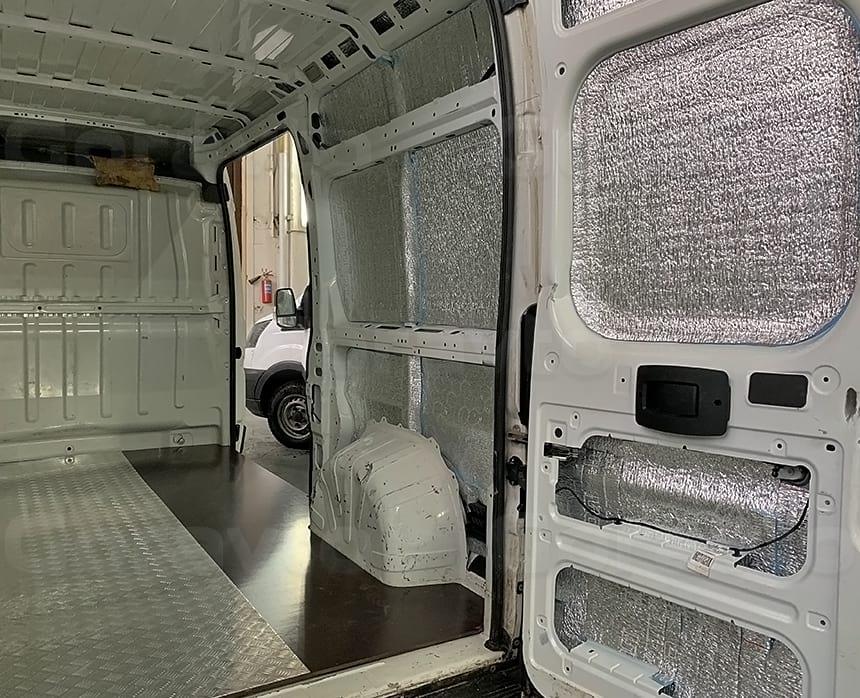 Установка алюминиевого листа квинтет на подложку из ламинированной фанеры в кузов фургона