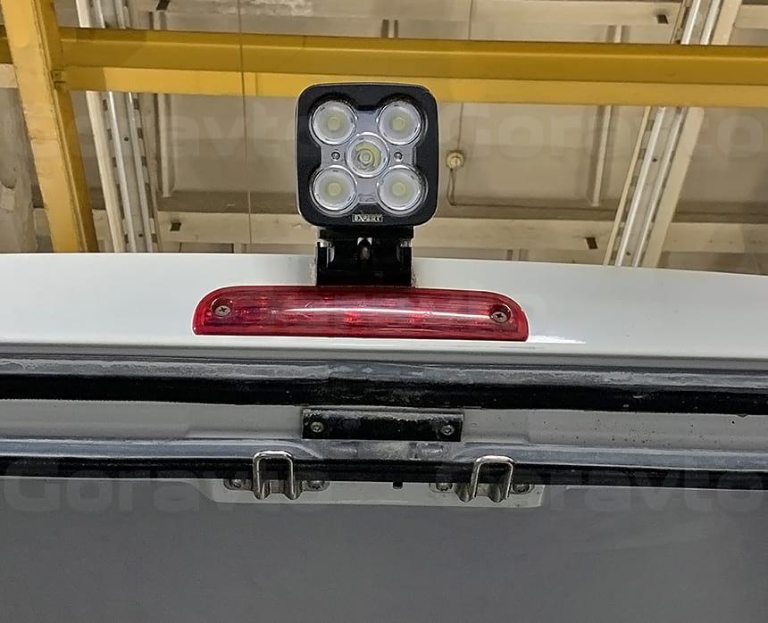 Установка прожектора на крышу фургона для освещения зоны погрузки-разгрузки