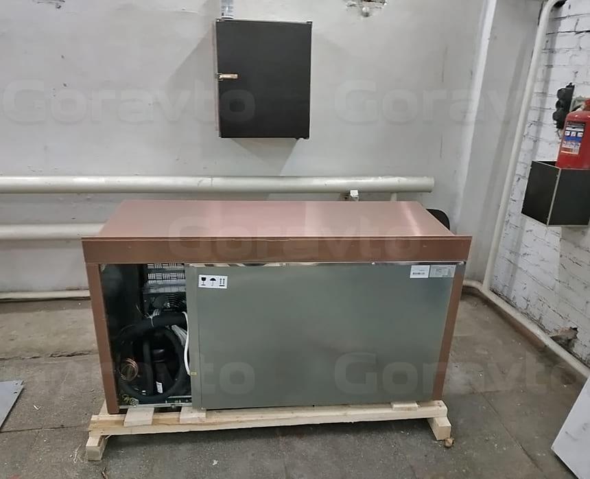 Вид сзади камеры для охлаждения и хранения продуктов для мобильного выездного кейтеринга